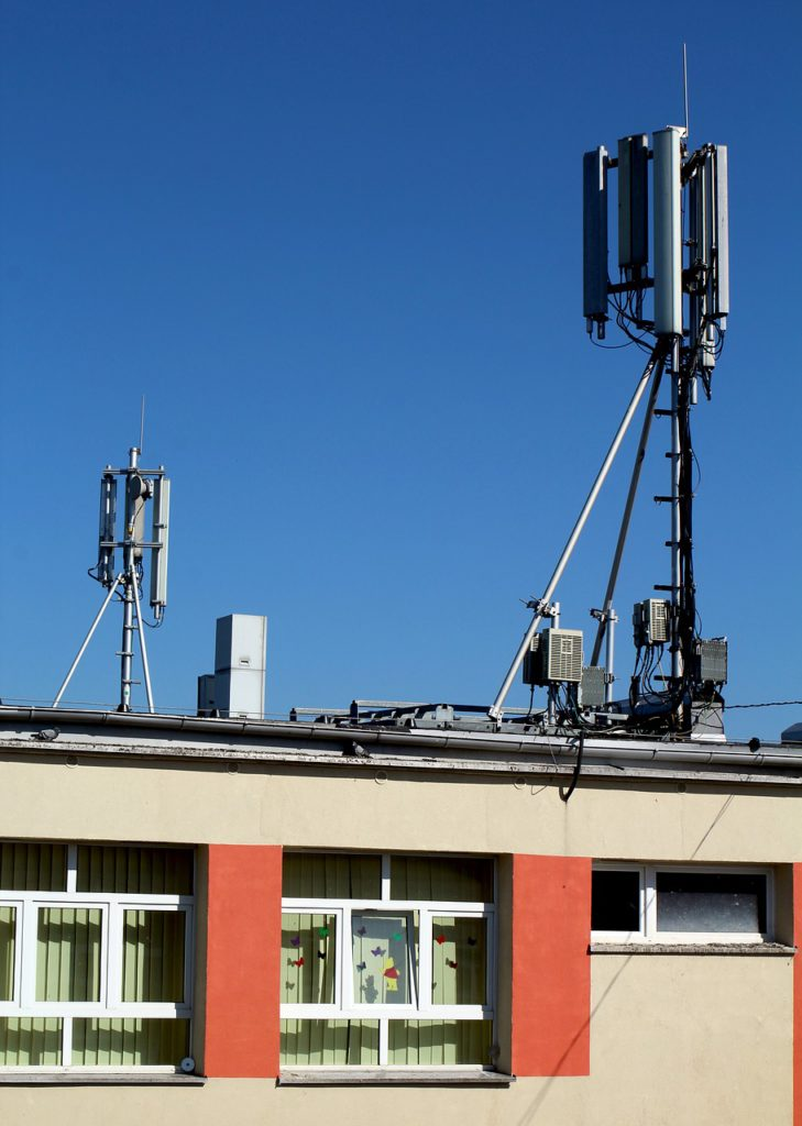 antena na dachu budynku